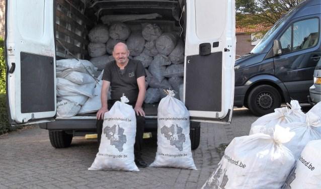 Hans Rijnders bij het inladen van de plastic doppen voor de training van begeleidingshonden in België. Foto: Idor van Duppen.