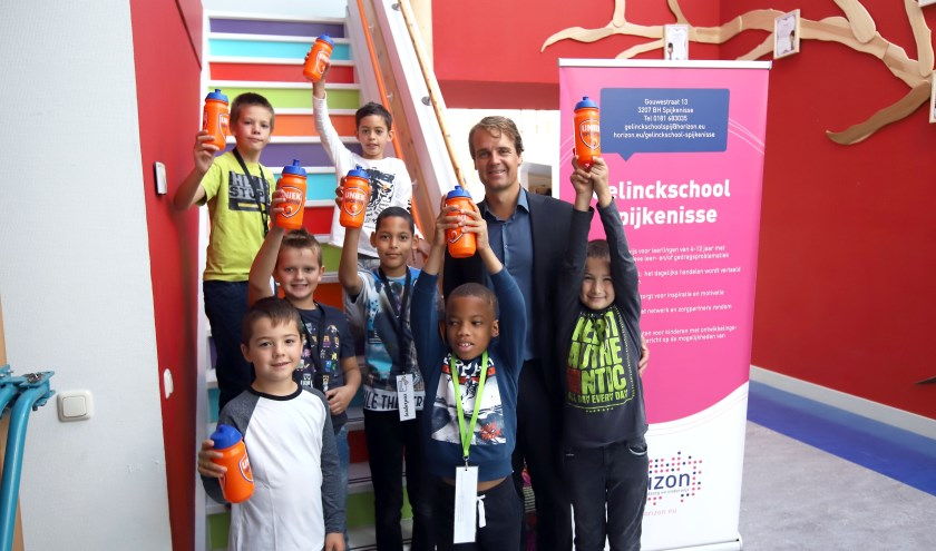 Wethouder Martijn Hamerslag geeft het startsein voor de High Five campagne op de Gelinckschool in Spijkenisse. Foto: Peter de Jong