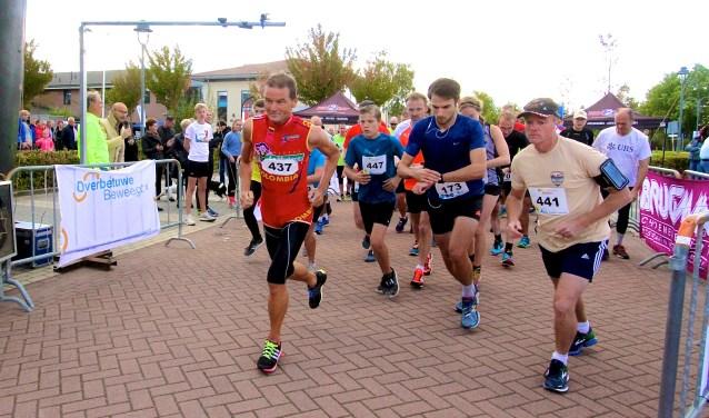 De deelnemers aan de loop over tien kilometer gaan op pad voor hun race door Heteren. (foto: Kirsten den Boef)