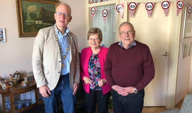wethouder Frans langeveld feliciteert Rob en Lies ten Hoopen met hun briljanten huwelijk (65 jaar)