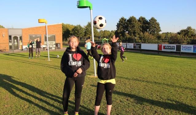 I love korfbal. De tekst op de sweaters zegt alles. Mirre staat links op de foto, Mara rechts. FOTO: Jan Hermens