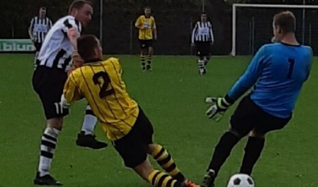 Nvc speler Mark Romer schiet bal door de benen van Den Dam keper. Geen doelpunt. De bal werd door speler van de doellijn gehaald.