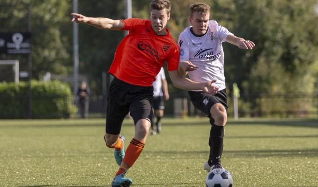 Mark van der Meijden lijkt hier HSSC'61-verdediger Jari Aantjes van zich af te schudden. Sleeuwijk zette de tegenstander uiteindelijk gemakkelijk met 3-0 opzij. Foto: PPM / Jan Noorlandt