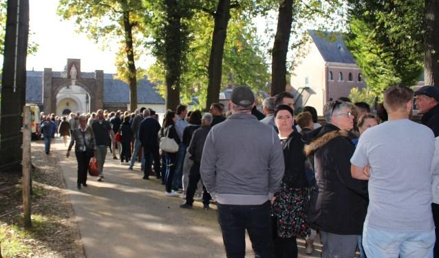 Mensen stonden soms een uur in de rij om binnen te geraken.