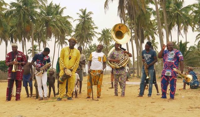 De wereldberoemde Gangbé Brassband komt voor het eerst naar Nederland. Ze spelen dinsdag 9 oktober bij Theater De Lievekamp.