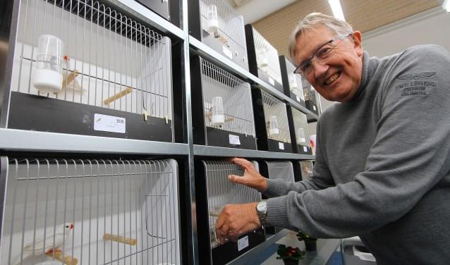 Voorzitter Gerard van Leeuwen van de Gendtse Vogelvrienden heeft gezien dat het met de kwaliteit wel goed zit. (foto: Kirsten den Boef)