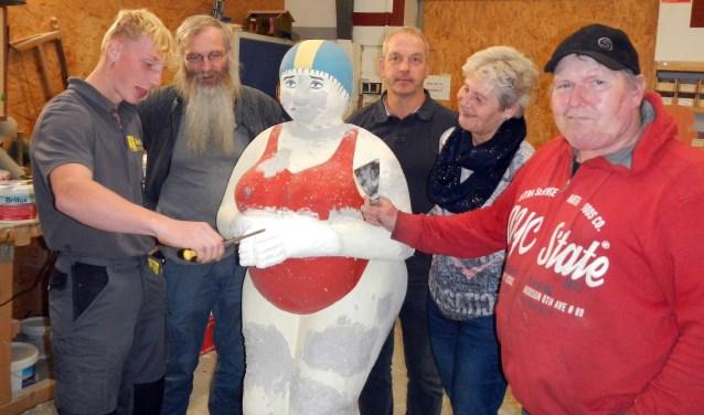 Van links naar rechts Martin, Thomas Bücking, Ludger Wilmer, Marja Schulenberg en kunstenaar Winfried Nimphius.