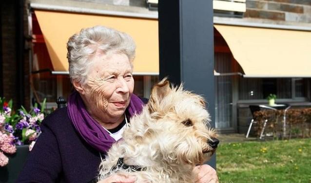 De wekelijkse bezoekjes van 'hun' hond of kat zet de bewoners van Het Zamen aan tot bewegen en communiceren en het roept affectieve gevoelens op.