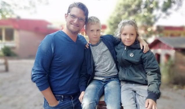 Meester Sebastiáan van de Vuurvogel met (vlnr) leerlingen Pieter en Olivier.