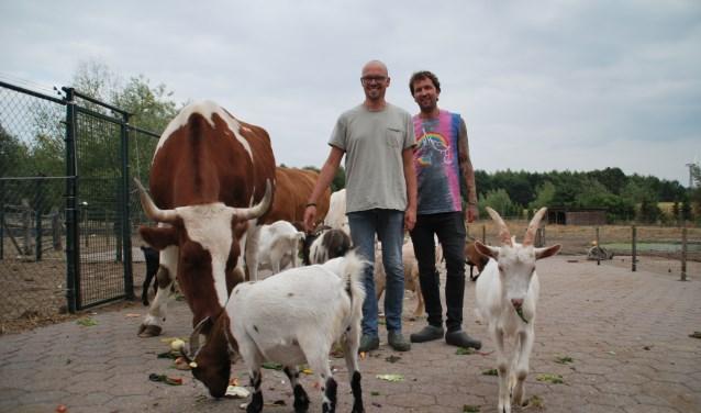 Marc Winters en Lothar Vermeulen, oprichters van Melief, op het terrein waar de dieren worden opgevangen.