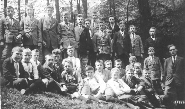 De jongens van de knapenvereniging, onder leiding van D. Dommerholt. Foto: Historische Kring Hellendoorn-Nijverdal.