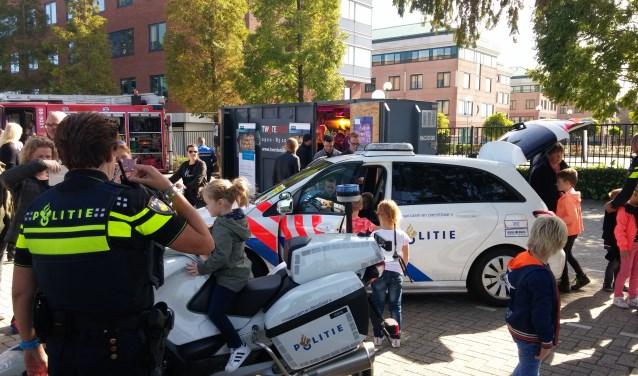Hoe ziet een ambulance er van binnen uit en hoe moet je reanimeren? Hoe voelt het om in een brandweerwagen of op een politiemotor te zitten? Kinderen stonden in de rij om dat te ervaren op de Veiligheidsdag.