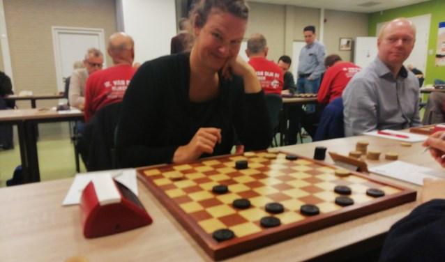 WSDV's nieuwste aanwinst, Hanneke Broer, kan wel lachen om de ravage op het haar bord. Ook Marcel Monteba ziet de lol er wel van in.(Foto:Bert Dollekamp)