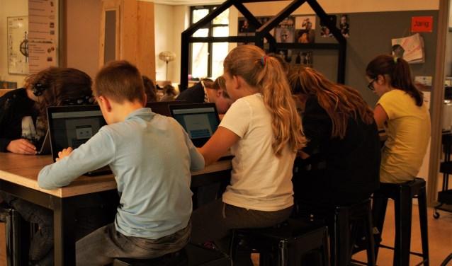 De leerlingen van kindcentrum De Avonturier werken in units.  Traditionele klaslokalen zijn er niet, wel verschillende soorten werkplekken.