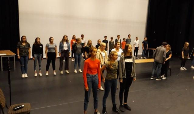 De cast van Jeugd Musical Groep 2-Stage tijdens een repetitie voor de jubileumvoorstelling.