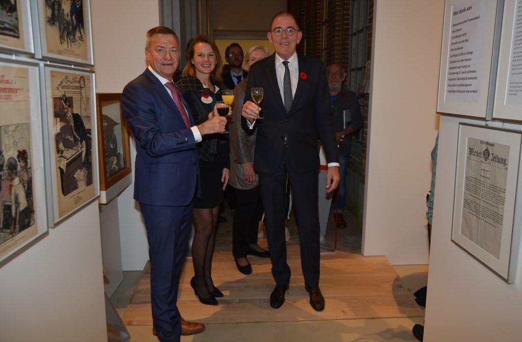 Proost op de nieuwe expo. Met vlnr Theo van Hardeveld, Natalie Kriek en burgemeester Piet Zoon.  © Persgroep