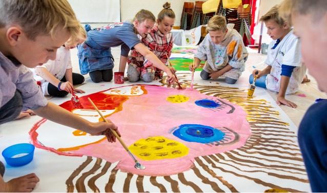 De kinderen van Het Kompas leggen de laatste hand aan het decor voor Memories & Dreams 2018.