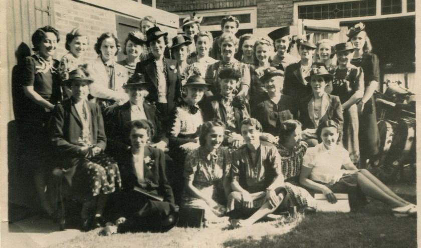 Bijeenkomst tijdens de oorlog van echtgenotes van mannen die in Colditz gevangen zaten. De foto werd naar Colditz gestuurd. (bron: Museum Bronbeek)