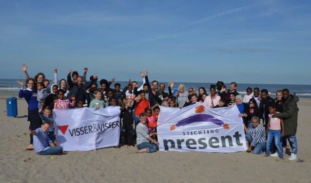 De groep bracht onder meer een bezoek aan het strand van Hoek van Holland. (Foto: Present)