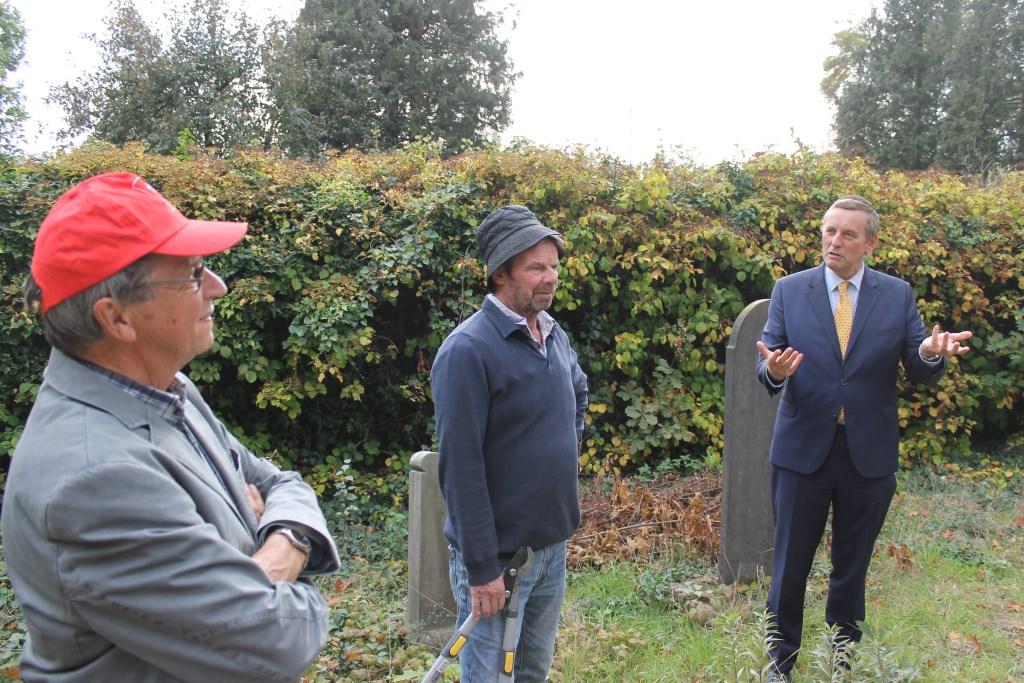 Burgemeester Anton Stapelkamp was vol lof over het intiatief van Bredevoorts Belang.  Foto: Leo van der Linde © Persgroep