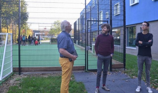 Philip Korff de Gidts, Sven Baijens en Luke Dirksen poseren na het interview voor de sportkooi die morgen door Anouk Hogendijk en Sierd de Vos zal worden geopend.