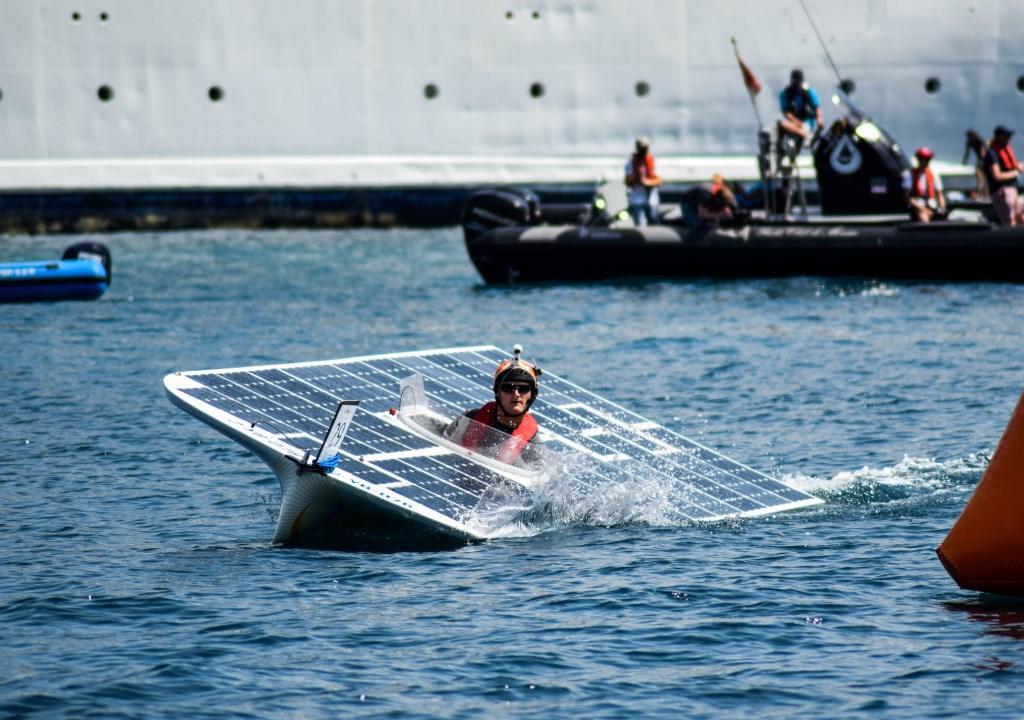 De TU Delft Solar Boat 2018 tijdens de race in Monaco in juli 2018.