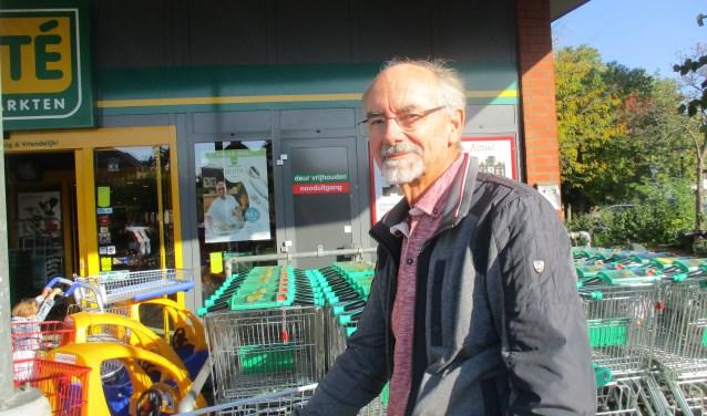 """Jan Roovers bij de Emté-supermarkt : """"Het is buitengewoon jammer."""" FOTO: Marcel van der Voort"""