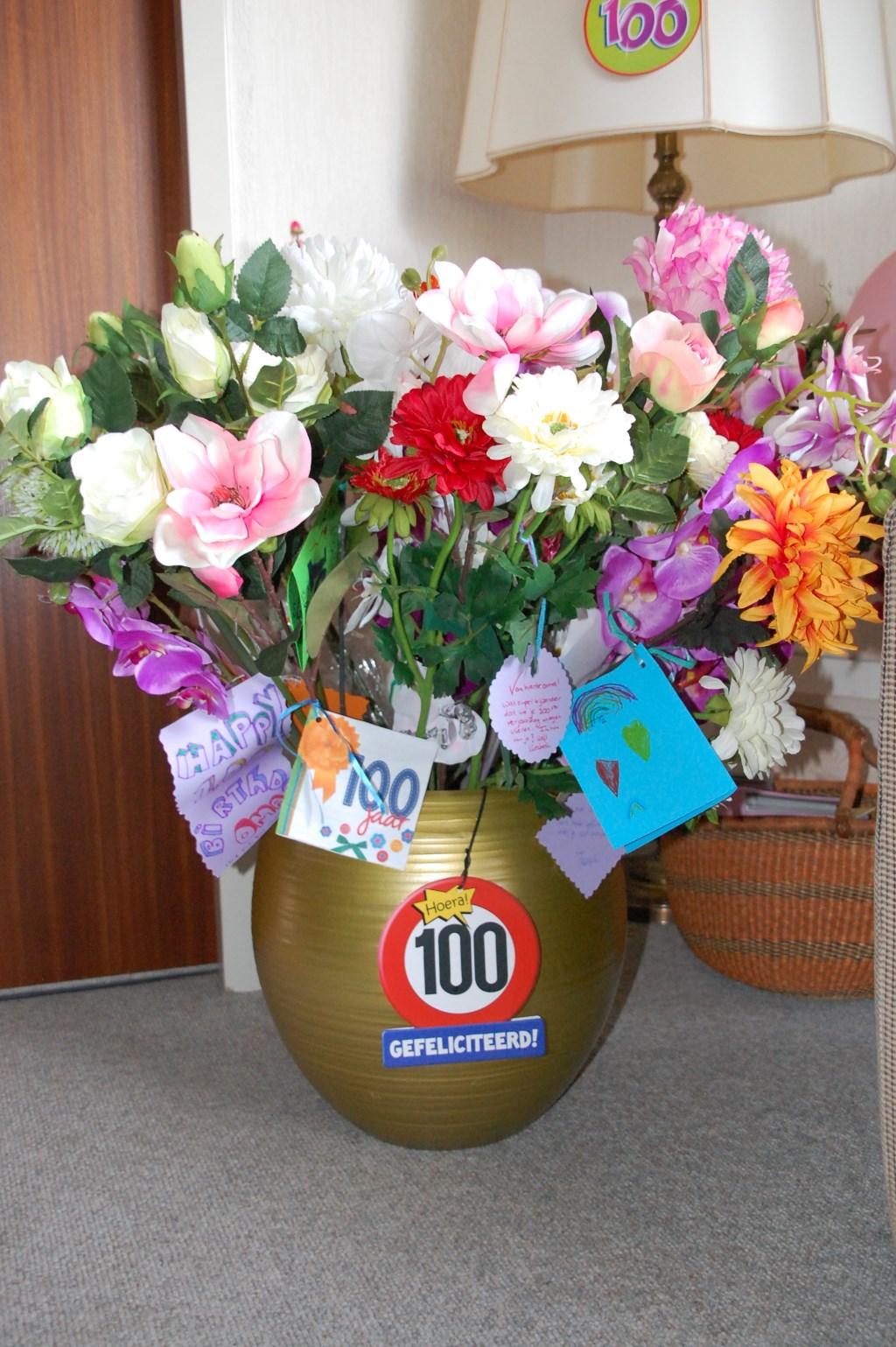 Van alle visite een bloem met een wens.  © Persgroep