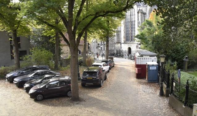 In totaal verdwijnen er 17 parkeerplaatsen rondom het Weeshuis, waarvan  7 op het Vroesenplein, dat verder vergroend wordt. Foto: Marianka Peters