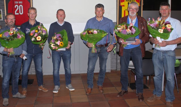 Jan Scharenborg, John Pieper, Dinant te Kiefte, Jan Lammersen, Frans Spanjer en Bennie Lammersen (vlnr) werden gehuldigd.