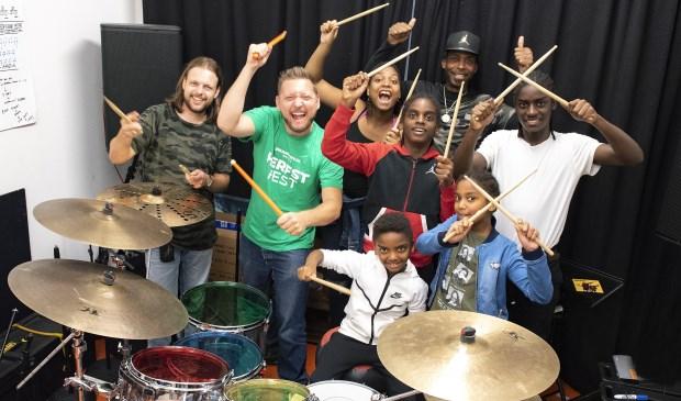 De Baumgard's hebben een masterclass drummen gekregen van Koen Herfst (lichtgroen shirt) met hulp van Joran Dijkstra. (Foto: Michel Groen).