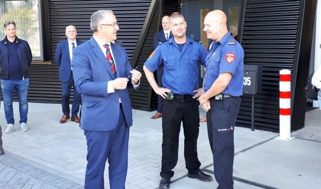 Burgemeester Ahmed Aboutaleb overhandigt 28 september de sleutel van de kazerne aan Erik Meijers en Ronald Tichem van de vrijwillige brandweer. Hiermee is het pand officieel geopend.