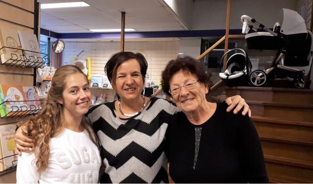 Verkoopster/styliste Lisanne, eigenaresse Paola en moeder Riet in de winkel die eind deze maand voorgoed haar deuren sluit. Er komt een winkel in automaterialen in.