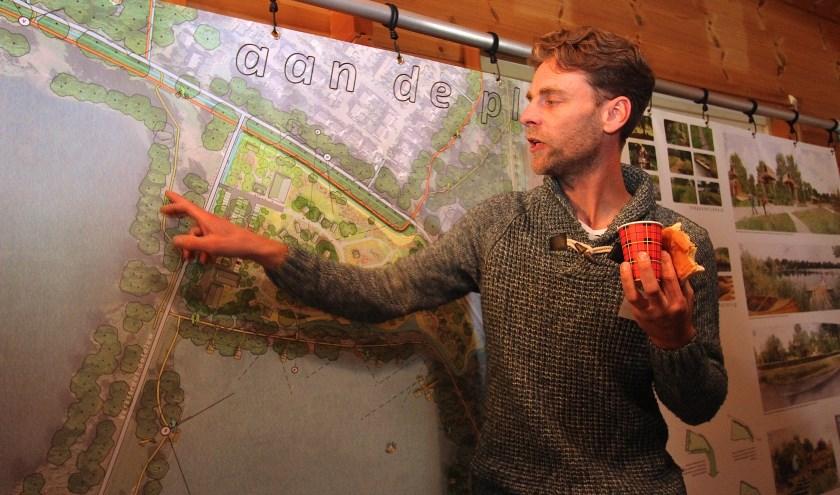 Projectleider Leon Gouman praat ner enthousiaste over het plan van trekkershutten bij de Rijkerswoerdse Plassen. (foto: Kirsten den Boef)