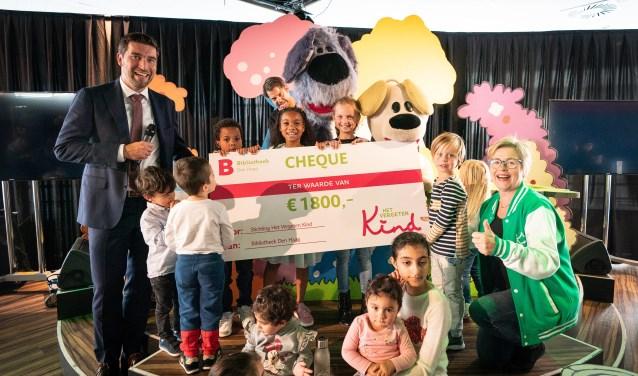De overhandiging van de cheque aan Stichting Het Vergeten Kind. (Foto: Martijn Beekman)