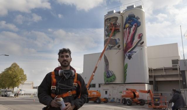 De Spaanse artiest Ele Man voor 'zijn' silo met de hand. Zijn collega is bezig met het perfectioneren van de slangenkop.