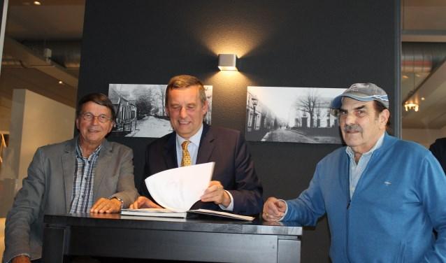 Ondertekening van de overeenkomst betreffende het onderhoud van de Joodse Begraafplaats Bredevoort door Hans de Graaf, burgemeester Anton Stapelkamp en Sallo van Gelder