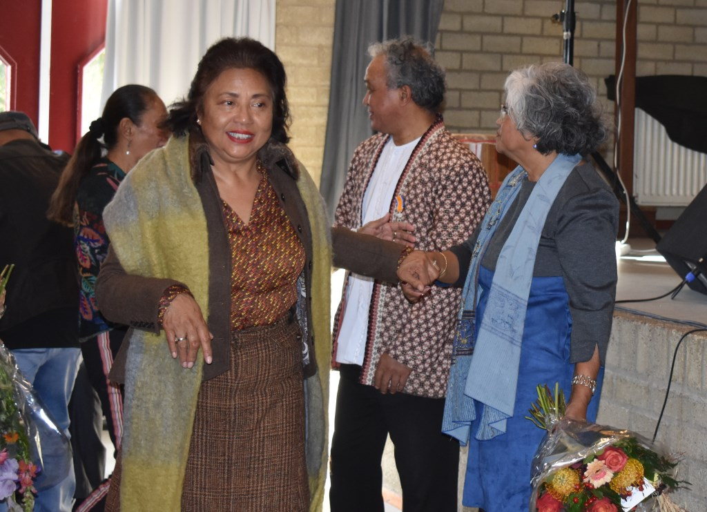 Felicitaties na het ontvangen van het lintje Foto: Jolien van Gaalen © Persgroep