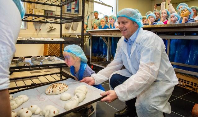 Zo'n vijftig kinderen uit Vlijmen en omgeving hebben zaterdag samen met bakker Bas broodjes gebakken om het 90-jarig bestaan van bakkerij Vermeulen & Den Otter te vieren. Foto: Yuri Floris Fotografie