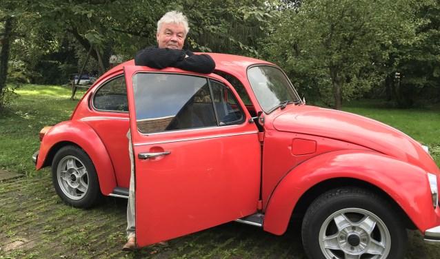 Willem Wiericx poseert naast zijn Kever, die hij voor zijn vijftigste verjaardag van zijn gezin heeft gekregen.