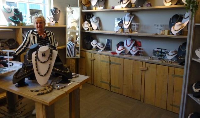 In de Graanbuurt is  Mineral Fevers te vinden, waar Astrid Hogeveen en Wil Gros eigenhandig sieraden maken. (Foto: Eline Lohman)