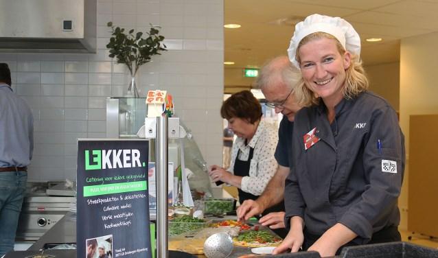Mieke Sinkeldam van Lekker in Driebergen gaf workshops 'Duurzaam koken' in de Doornse Cantina. FOTO: Hanny van Eerden