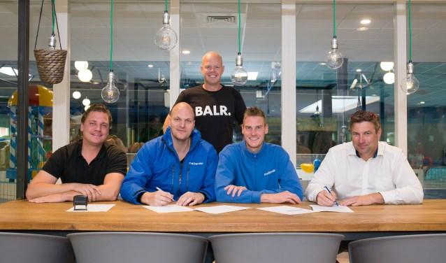 Medewerkers van Malkander en medewerkers van Sportservice Ede de eerste werkplekovereenkomst van Project Kansrijk in zwembad de Peppel. (Foto: Job Niessen)