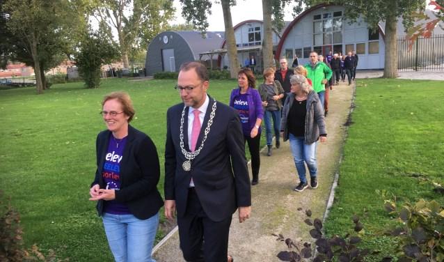 Na de kick-off van de SamenLoop voor Hoop verkent burgemeester Milo Schoenmaker de wandelroute over het Sluiseiland. Foto: PR