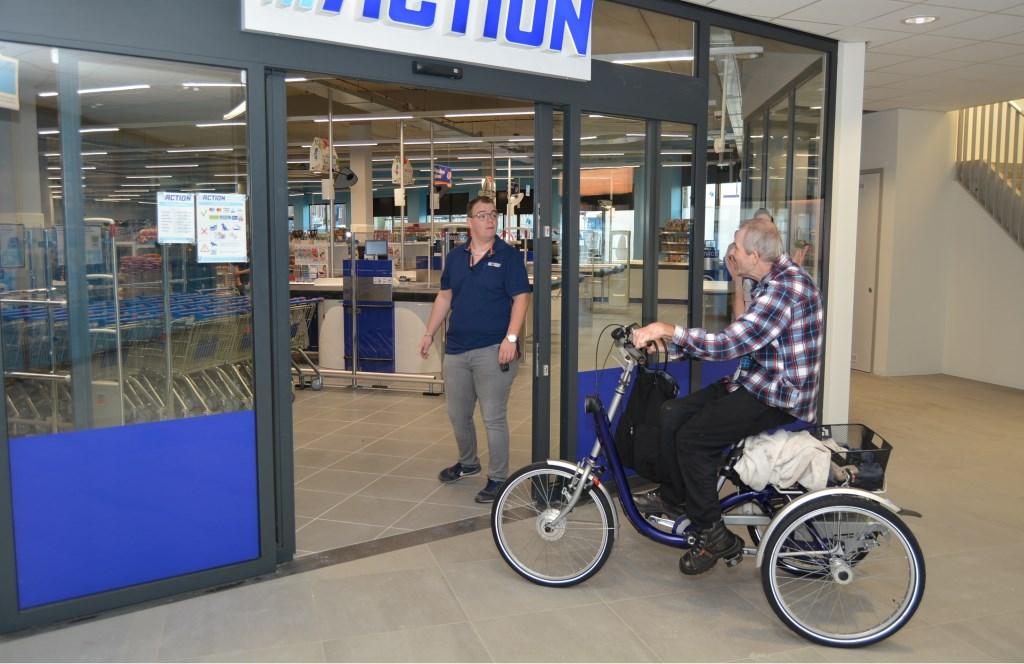 Gerard, medewerker Action, met een trouwe klant van het Action filiaal Scheepjeshof.  © Persgroep