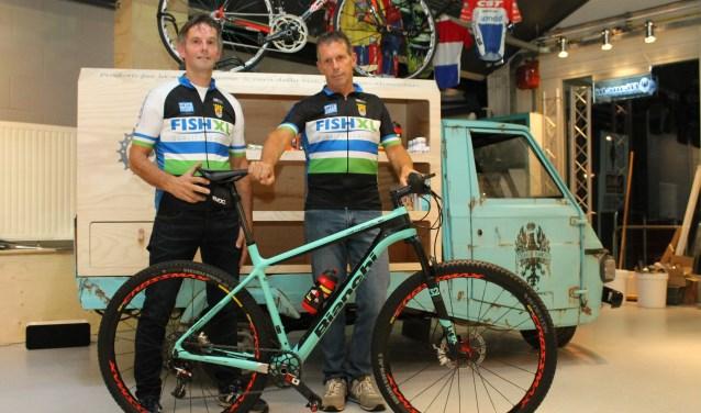 Dig (links) en Eric zijn er klaar voor om in Uganda te gaan fietsen door de jungle, over bergen en misschien ontmoeten ze de Big Five.