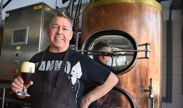 Brouwmeester Marcel Köster in de Stadsbrouwerij Doetinchem. (foto: Roel Kleinpenning)