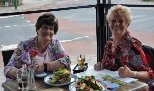 Olga (l) en Joke (r) genieten van hun zussendag op het terras bij Joos in De Bilt.