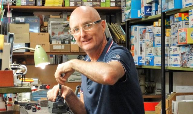 JanKees zoals veel klanten hem kennen. Naast de verkoop van modeltreinen en bijbehorende attributen is hij regelmatig tot 's avonds laat bezig met reparaties. (foto: Elisa Kuster)