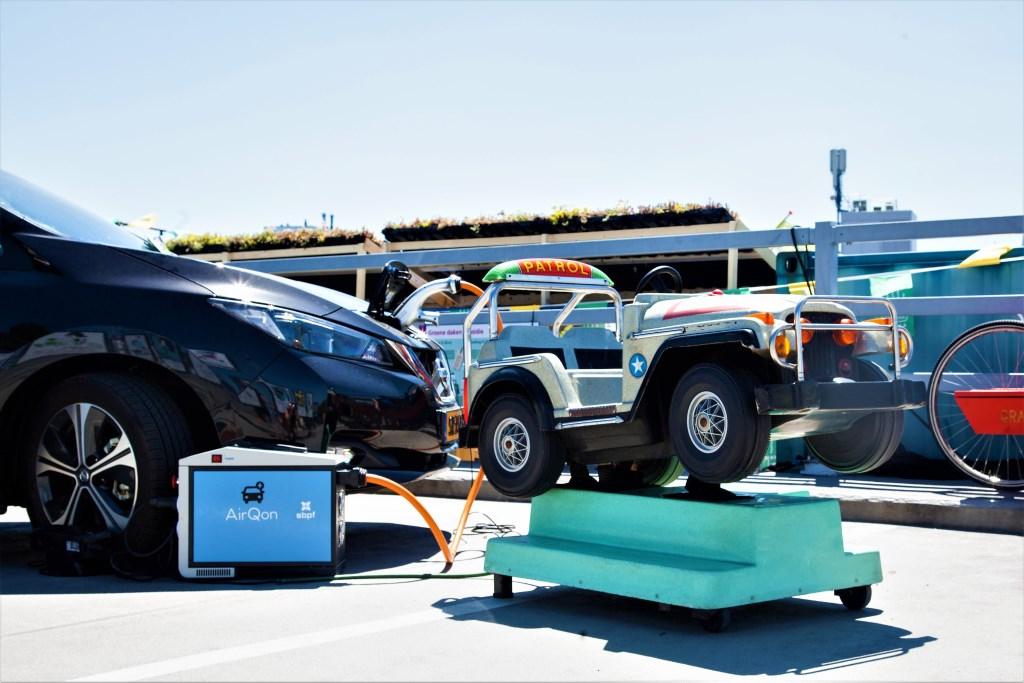 Via een online platform kunnen festivalbezoekers hun elektrische auto straks aanbieden aan het evenement dat ze bezoeken. FOTO: AIRQON Foto: AirQon © Persgroep